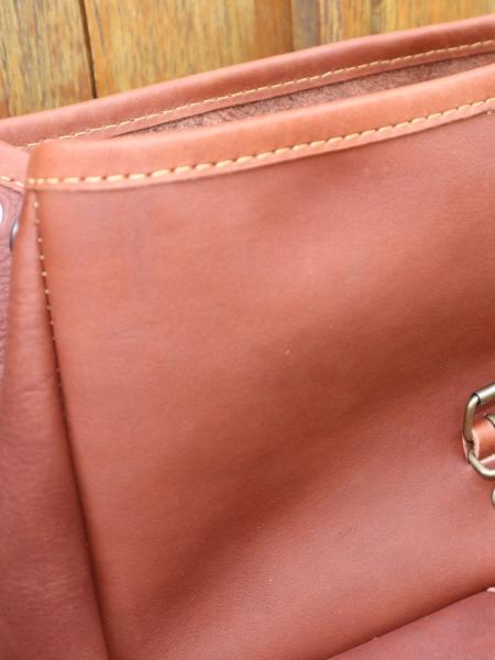 Sac à dos Larzac - Gros plan du Sac en cuir marron artisanal