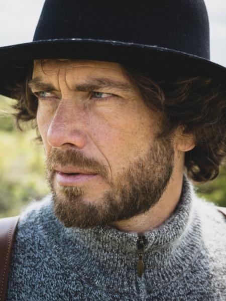 sac rando et chapeau artisanal sur homme
